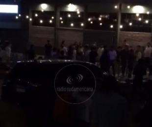 foto: Video: así se peleaban unos jóvenes frente a un bar por Costanera