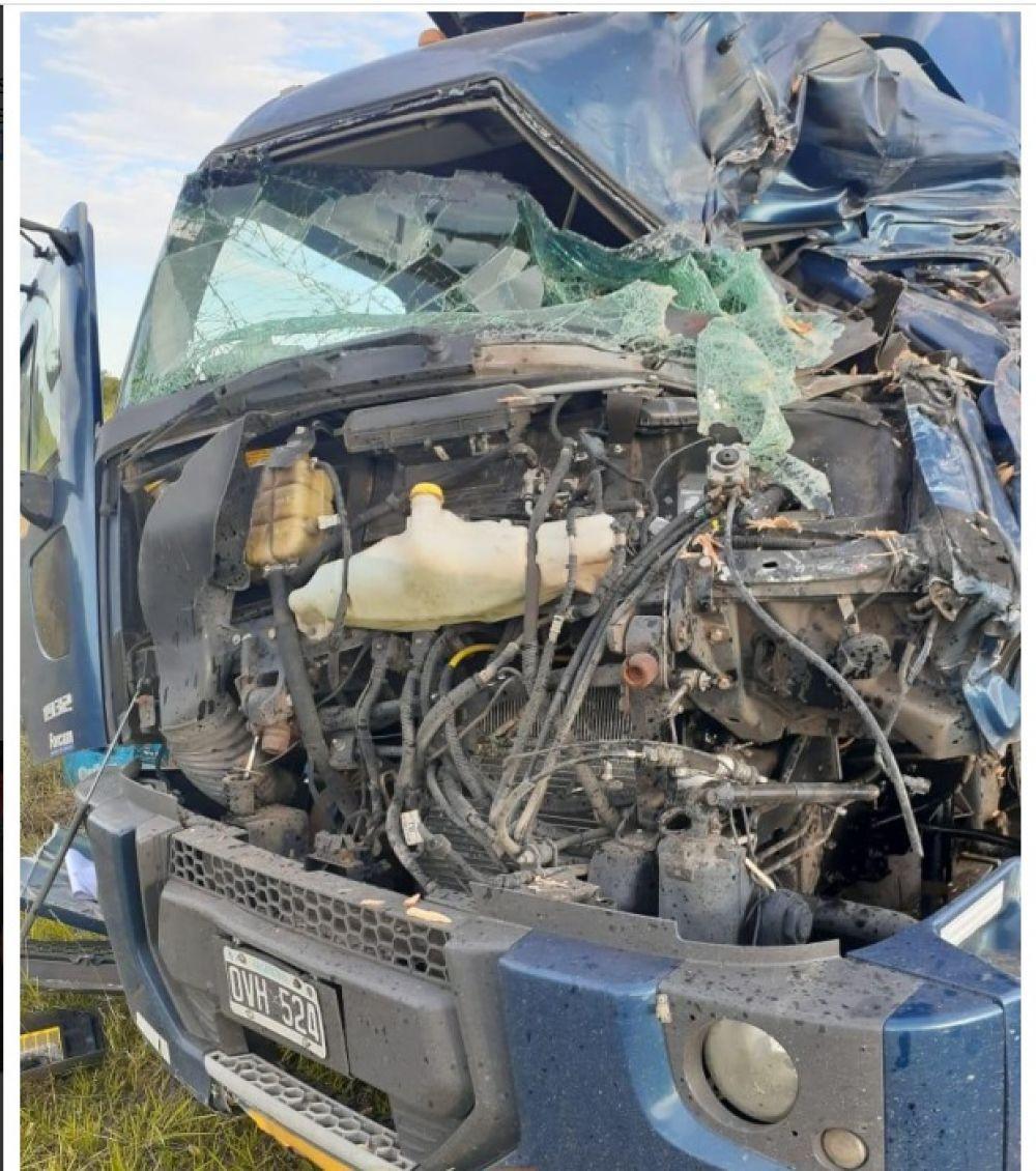 Feroz accidente sobre ruta 123: El camionero quedó atrapado en la cabina