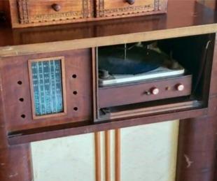 foto: Escondió 60 mil dólares en una radio de colección y se los robaron