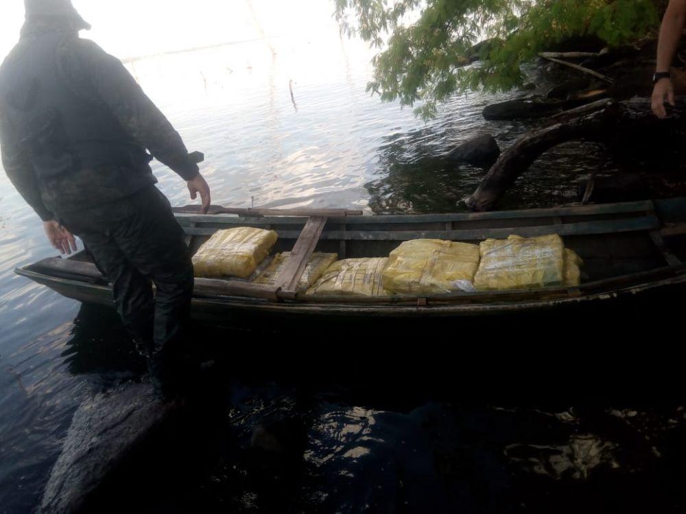 Misiones: decomisan casi 300 kilos de marihuana dentro de una canoa