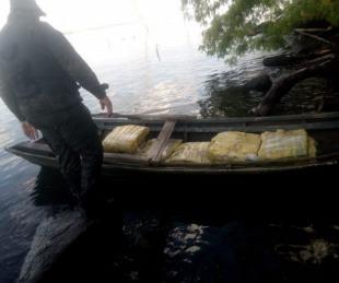 foto: Misiones: decomisan casi 300 kilos de marihuana dentro de una canoa