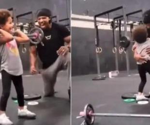 foto: Video viral de la nena levantando pesas en un gimnasio