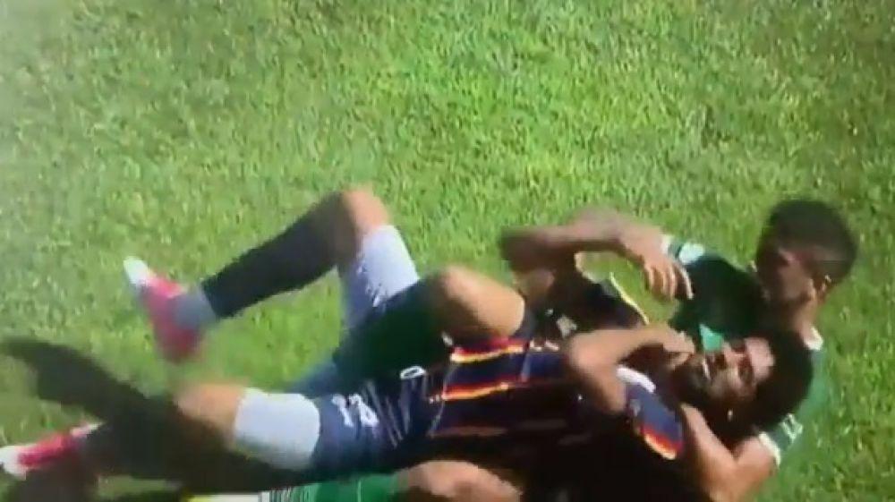 Fútbol argentino: un jugador ahorcó a su rival y provocó un escándalo