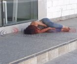 foto: Apareció una mujer tirada y con signos de golpes en una vereda
