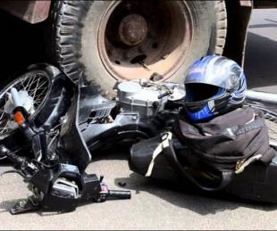 foto: Dos personas murieron tras chocar en su moto contra un camión