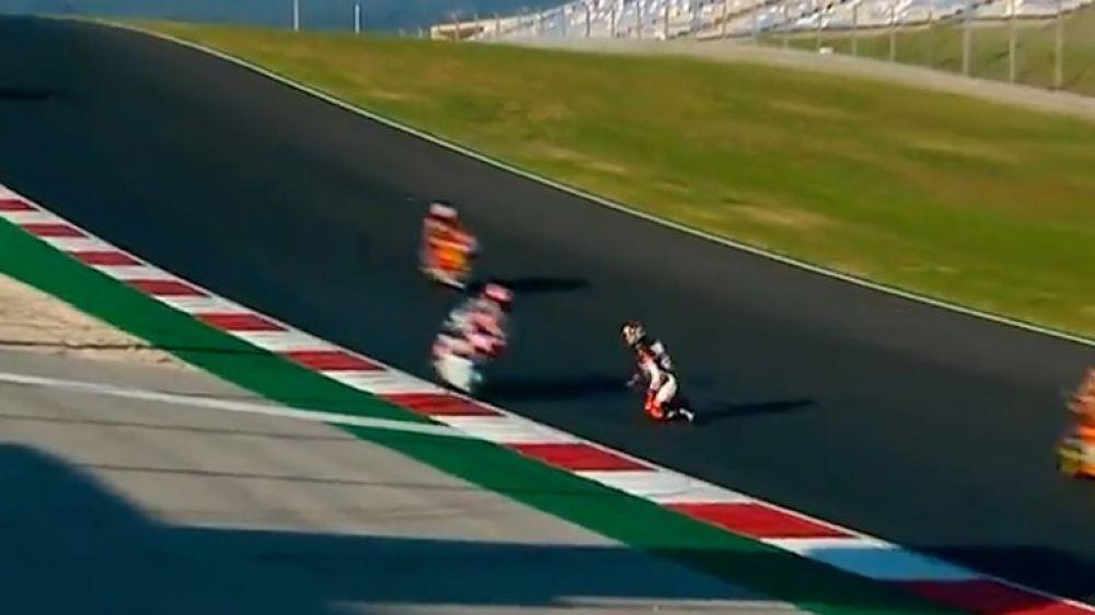 Arrodillado en la pista mientras las motos pasaban a toda velocidad
