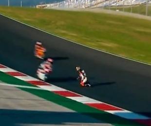 foto: Arrodillado en la pista mientras las motos pasaban a toda velocidad