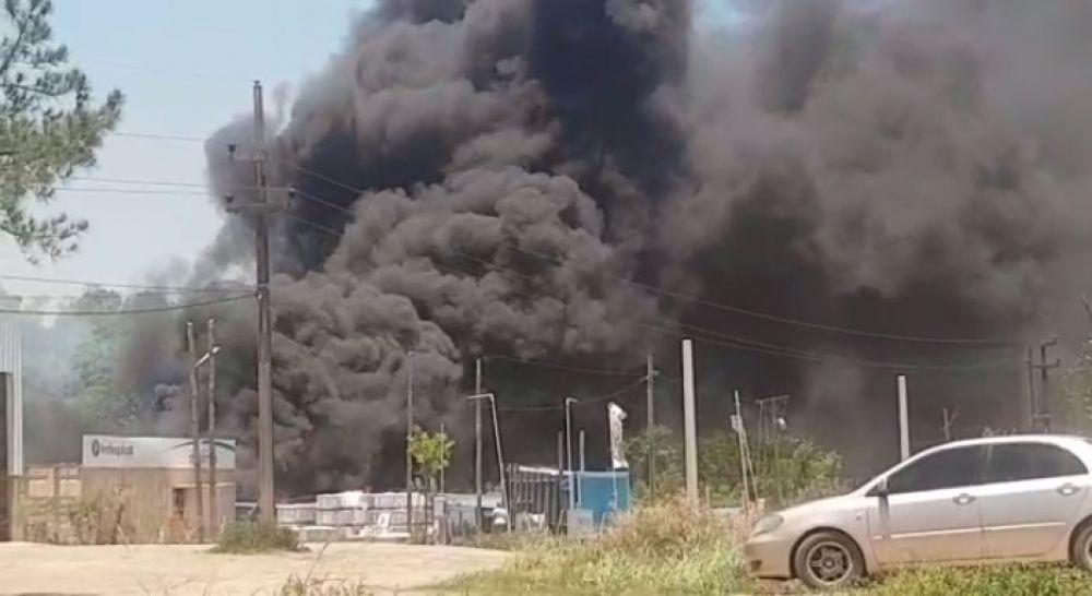 Video: se produjo un voraz incendio frente al estadio de Boca Unidos