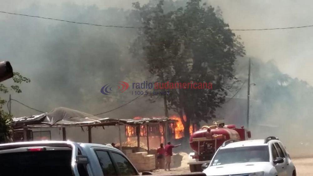 Feroz incendio en un aserradero amenaza a dos barrios