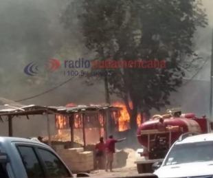 foto: Feroz incendio en un aserradero amenaza a dos barrios