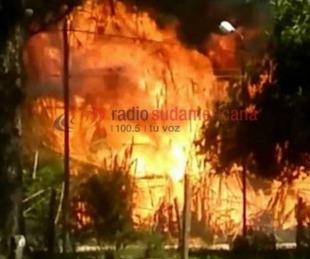 foto: Santa Rosa: Bomberos intentan apagar el incendio de un aserradero