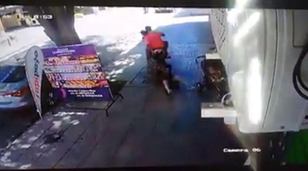 Impactante video: la arrastraron varios metros para robarle el bolso