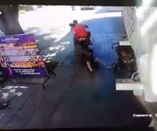 foto: Impactante video: la arrastraron varios metros para robarle el bolso