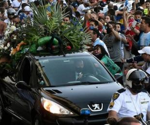 foto: Vuela el barrilete cósmico: Diego descansa con Doña Tota y Don Diego