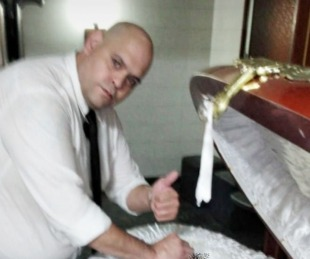Echaron al empleado que sacó la foto junto al cuerpo de Maradona