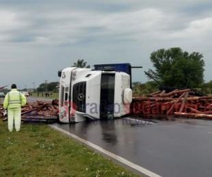 foto: Volcó un camión que transportaba rollizos de pino y cortó toda la ruta