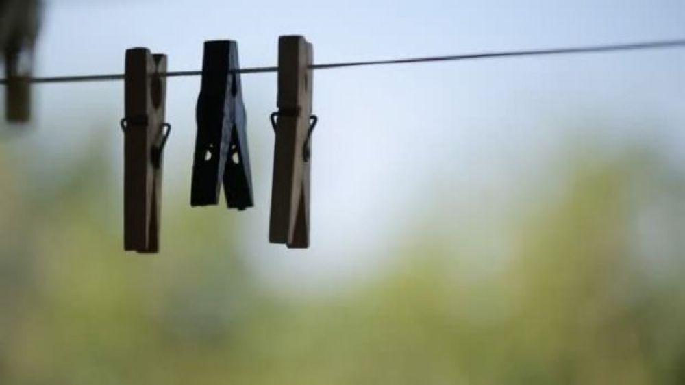 Mujer murió electrocutada cuando colgaba una manta en el tendal