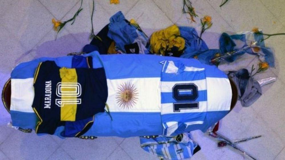 Maradona: se entregó el tercer hombre fotografiado con el cuerpo