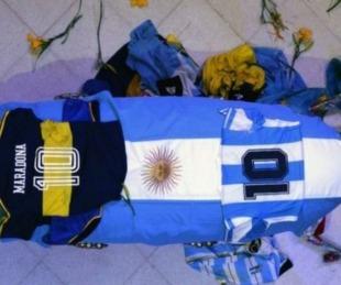 foto: Maradona: se entregó el tercer hombre fotografiado con el cuerpo