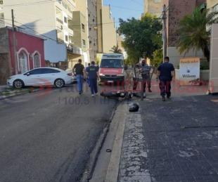 foto: Motociclista esquivó a un auto y chocó con un cesto de basura