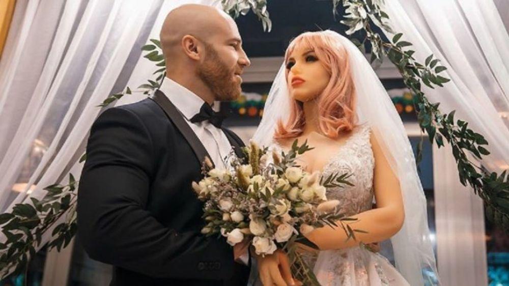 Fisicoculturista ruso se casó con una muñeca sexual de silicona