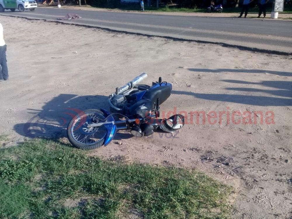 Cayó de la moto en la que circulaba y fue aplastada por un camión