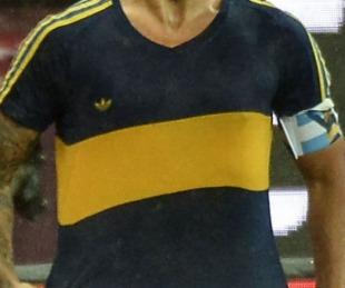 foto: Tevez celebró el gol de Boca al Inter con la camiseta que usó Maradona