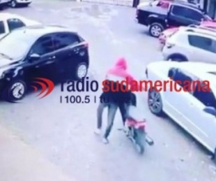 foto: Ingresó a un estacionamiento, se llevó una moto y quedó filmado