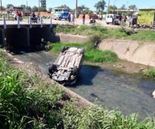 foto: Chaco: perdió el control de su auto, volcó y cayó sobre un canal