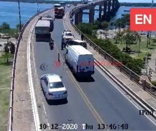 foto: Hubo demoras en el Puente por un accidente entre dos vehículos
