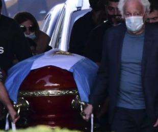 foto: Qué dicen las dos placas en la tumba de Diego Maradona
