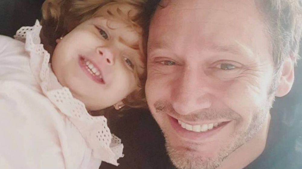 Benjamín Vicuña se vistió de Papá Noel para sorprender a su hija Magnolia
