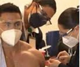 foto: El médico que se hizo viral por mostrar sus músculos al recibir la vacuna