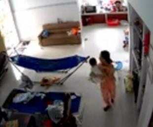 foto: Mujer huye con su bebé al descubrir una enorme serpiente en su casa