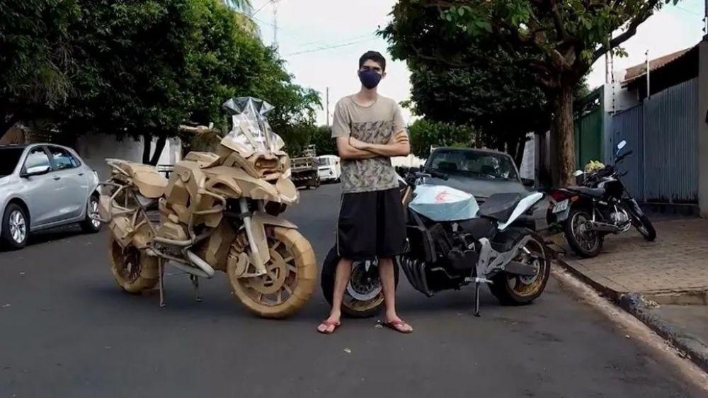 Joven brasileño se hizo viral al crear réplicas de motos con cartón