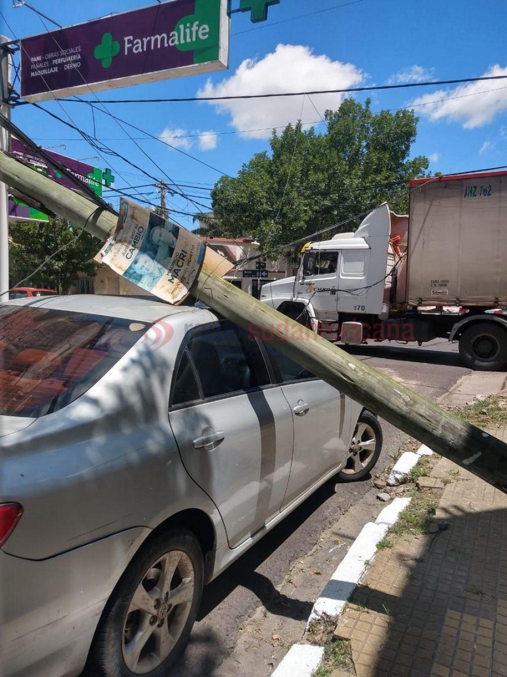 Un camión cortó cables y arrastró un poste que cayó sobre un auto
