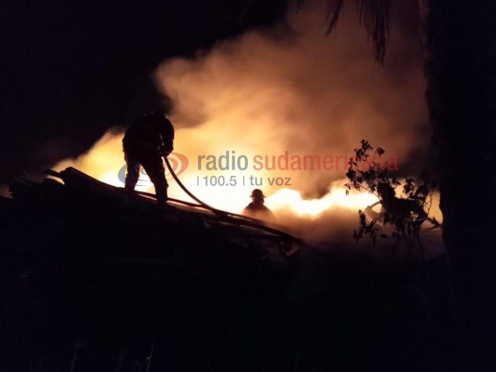 Santa Rosa: Bomberos combaten voraz incendio en zona de banquina