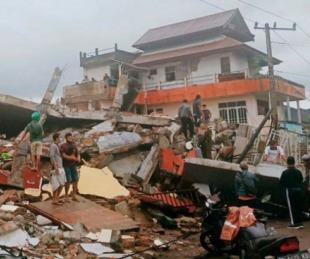 foto: Sismo en Indonesia: más de 30 muertos y cientos de desaparecidos