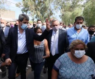 foto: Fernández recorrió asentamientos afectados por el terremoto