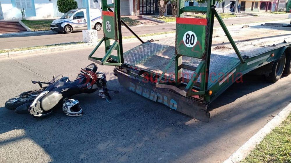 Lo encandiló el sol y chocó contra un camión recolector de residuos