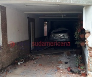 foto: Chocó contra el garaje de una casa, lo destruyó y se dio a la fuga