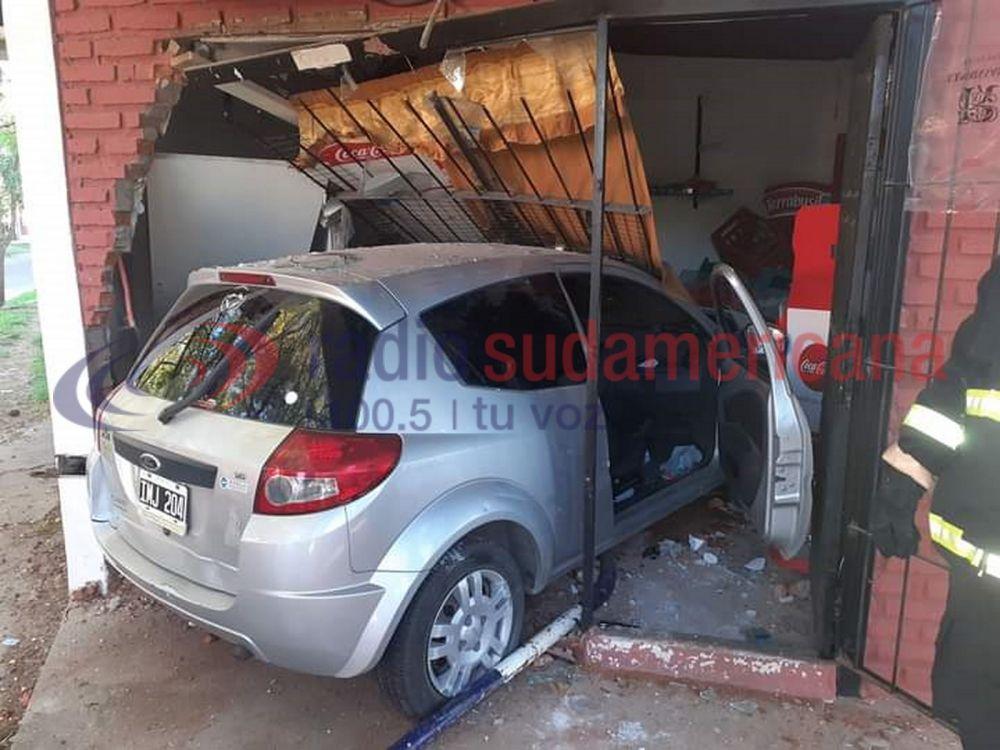 Impresionante: Un vehículo se metió dentro de una propiedad