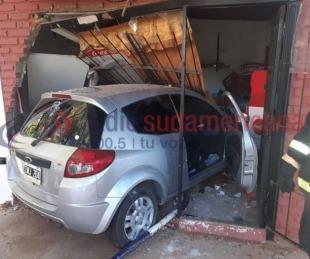 foto: Impresionante: Un vehículo se metió dentro de una propiedad