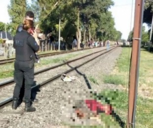 foto: Su esposo la empujó a las vías y murió atropellada por un tren