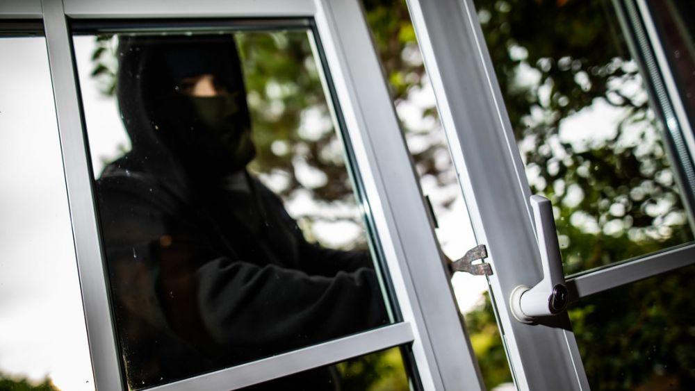 Ladrón torpe: se dispara en una pierna intentando derribar una puerta