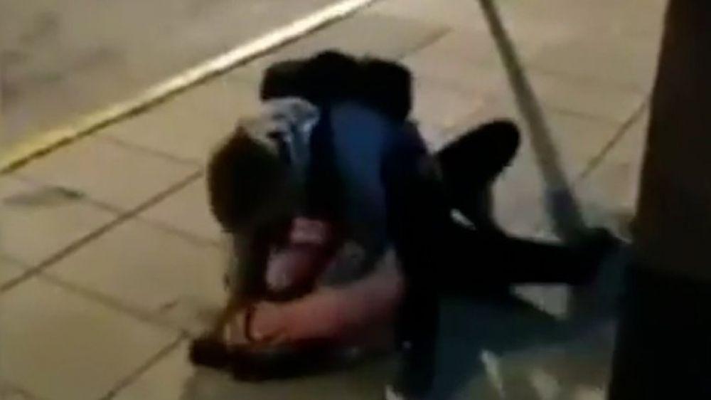 El indignante video viral del ataque de un policía a una amiga de Úrsula