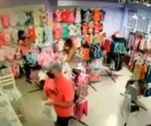 foto: Robó en una tienda, lo escracharon y regresó a devolver lo sustraído