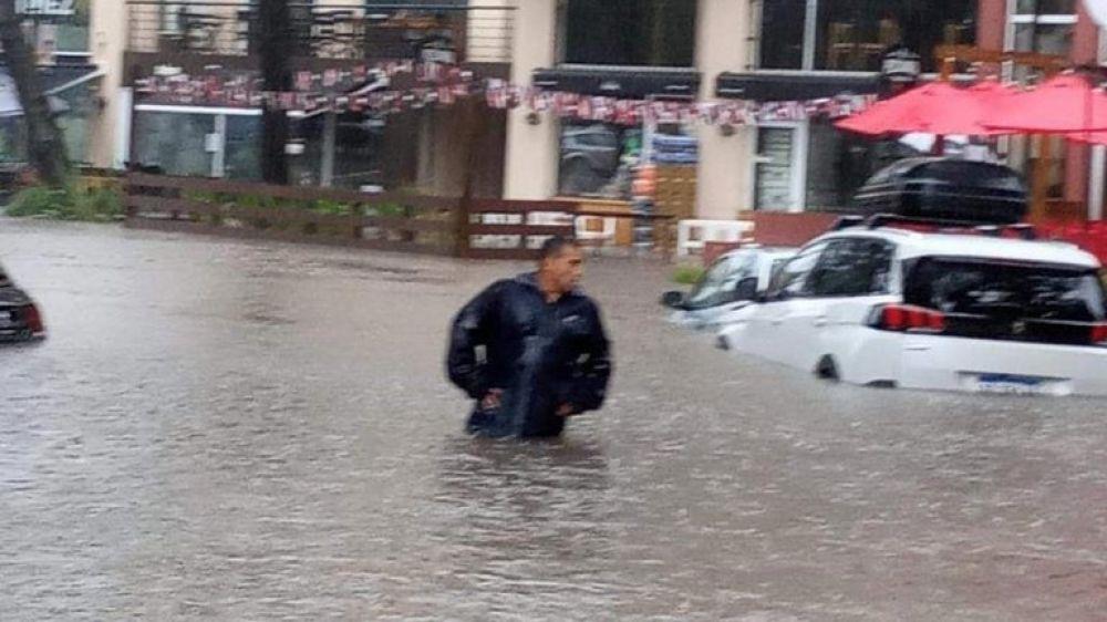 Autos bajo el agua y traslados en canoa: tormenta inundó Pinamar