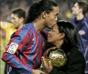 foto: Tristeza en el fútbol: murió la mamá de Ronaldinho por coronavirus