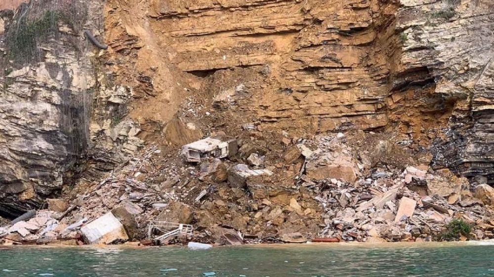 Se derrumbó un cementerio en un acantilado: los cadáveres flotan en el mar